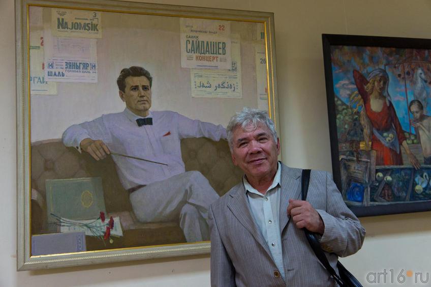 Фото №84789. Р.Вахитов у портрета С.С.Сайдашева
