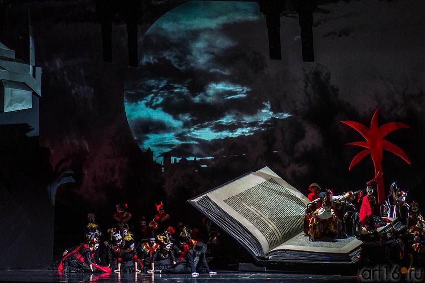 На площади маленького испанского городка веселится и пляшет народ.::Опера «Дон Кихот», XXXI Шаляпинский оперный фестиваль