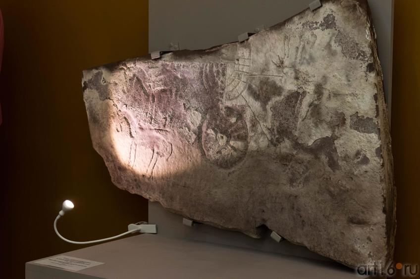 Фото №102601. Плита с выбитым изображением колесницы и лошадей VIII-VII в. до н.э.