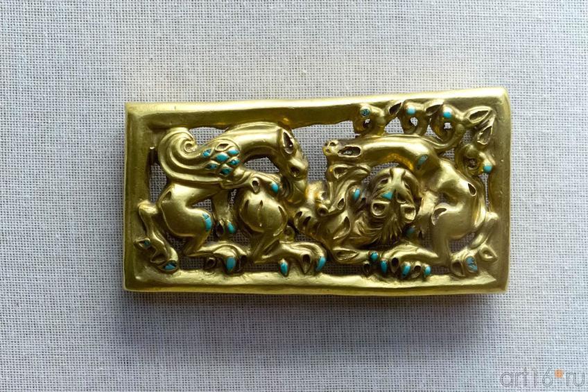 Фото №102681. Пластина поясная прямоугольная - схватка грифона, волка и тигра IV - II вв. до н.э.