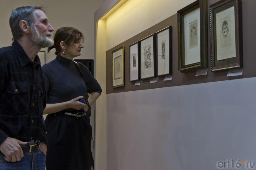 Фото №76592. У офорта Эдварда Мунка на открытии выставки в Манеже
