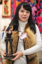 Эльвира Бочкарева с портретной куклой. Мастер: А.Бочкарев