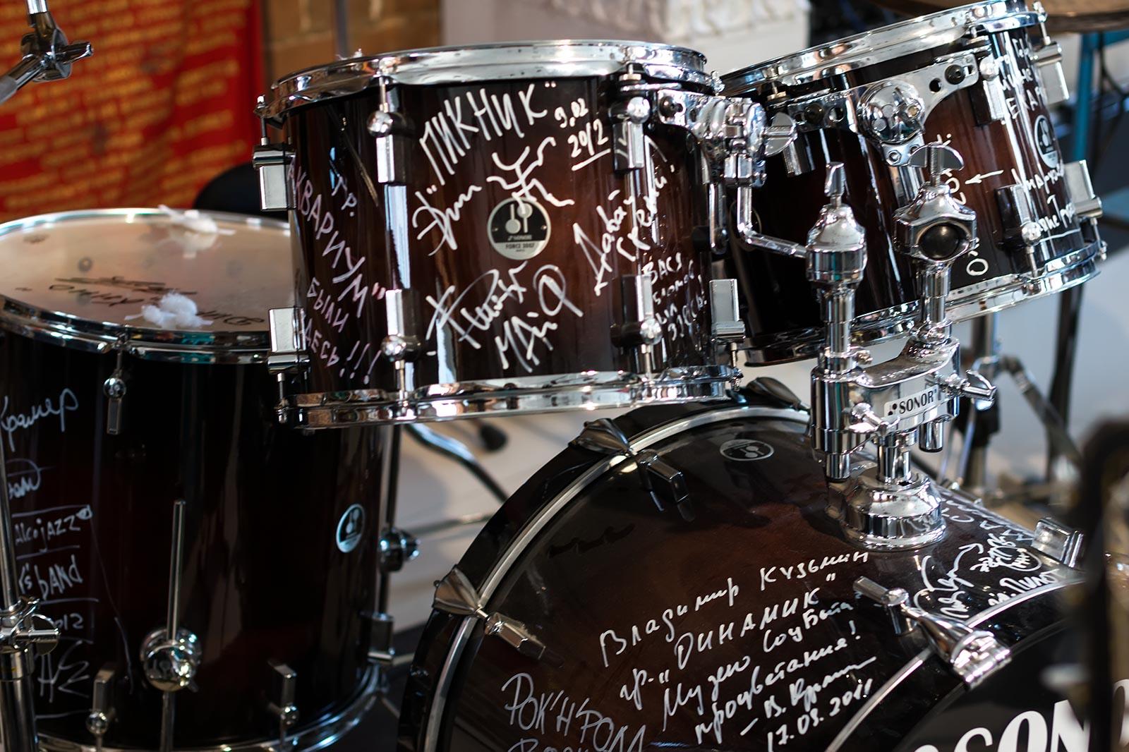 Фото №146347. Легендарная ударная установка с автографами музыкантов