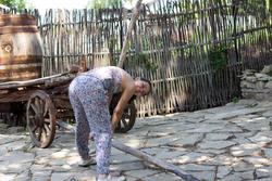 Л.Стрельникова во дворе Портомойни
