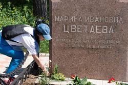 Наиля Ахунова возле могилы М.И.Цветаевой. Возложение цветов. Елабуга, 1.06.2013