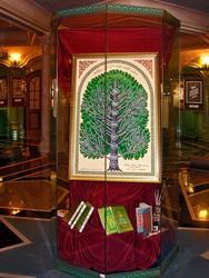 Витрина с родословным древом Наджипа Наккаша