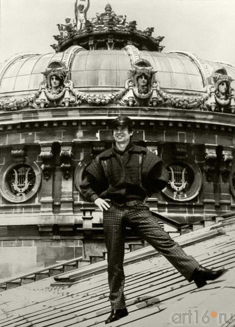 Рудольф Нуриев на крыше театра Гранд Опера в Париже. Фото С.Массон::«Нуриев — танец»