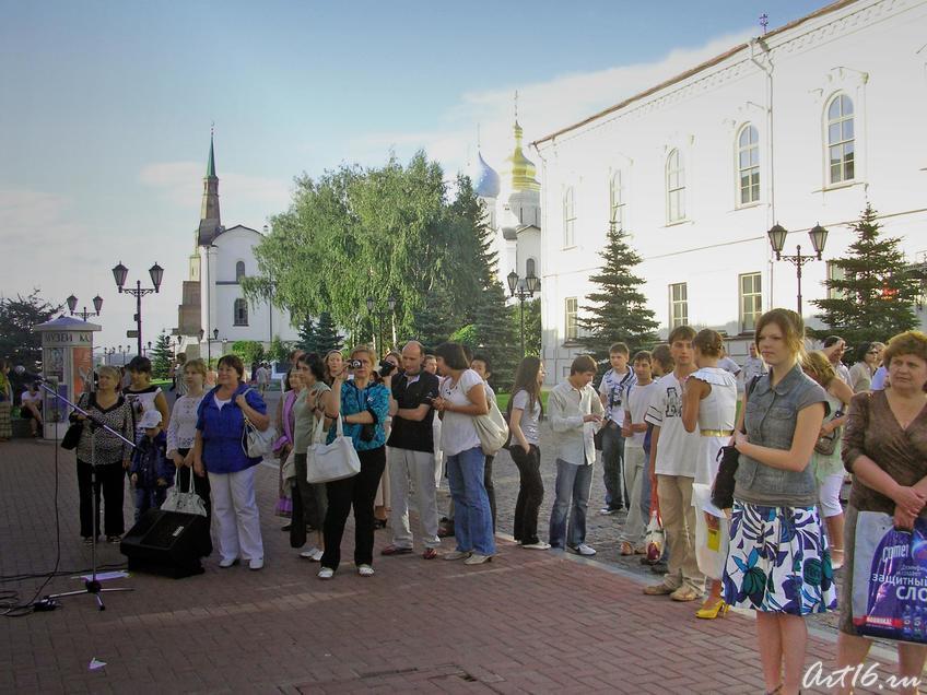 Перед центром ʺЭрмитаж-Казаньʺ::Центру «Эрмитаж-Казань» —Три года!