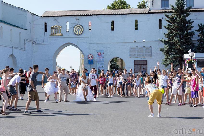 Флэшмоб у стен Казанского кремля. 29.06.2013::V Фестиваль Современной Культуры Kremlin LIVE'13