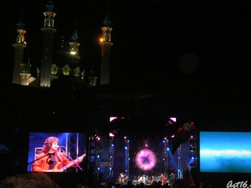 Вид на мечеть Кул Шариф с площади Тысячелетия::Рок-фестиваль у стен Казанского Кремля