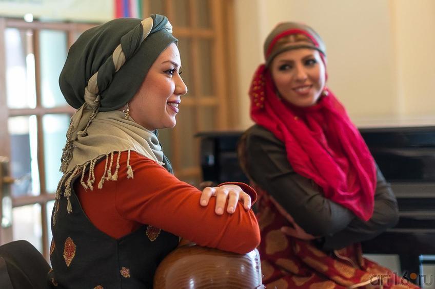 Хила Фейзнур (тар) и Асаль Милакзаде (дафе)::Выставка «Неделя дружбы женщин Ирана и Татарстана»