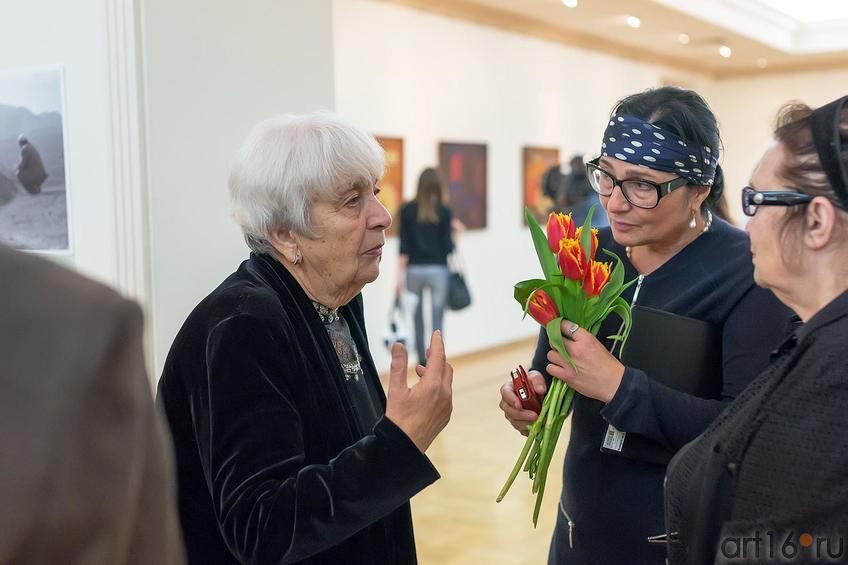 Розалия Нургалеева ( в центре)::Выставка «Искусство крымских татар»