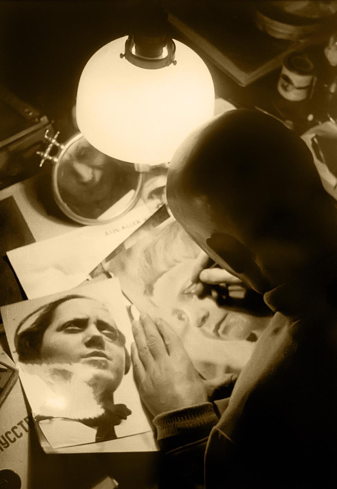 Фото №179257. Анатолий Скурихин. Александр Родченко ретуширует отпечатки. 1934