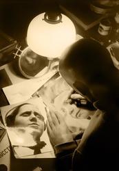 Анатолий Скурихин. Александр Родченко ретуширует отпечатки. 1934