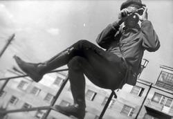 Елеазар Лангман. Александр Родченко на перилах с дальномером 1930