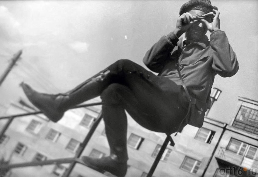 Фото №179275. Елеазар Лангман. Александр Родченко на перилах с дальномером 1930