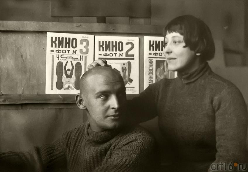 Фото №179287. Михаил Кауфман. Александр Родченко и Варвара Степанова в мастерской на фоне обложек журнала «Кино-фот» 1924
