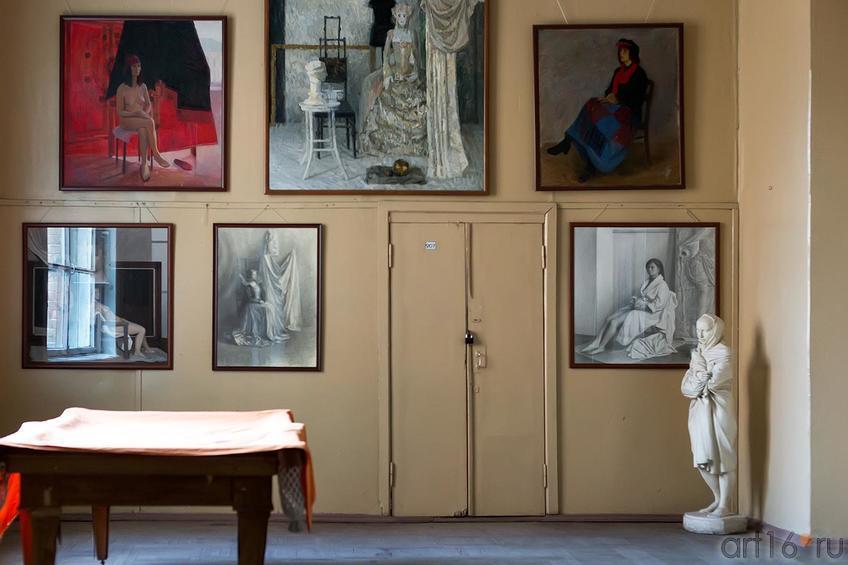 Фото №179934. В коридоре Работы выпускников КХУ разных лет