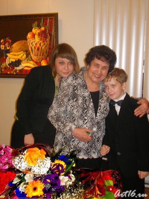 Рушан Якупова с внучкой и правнуком