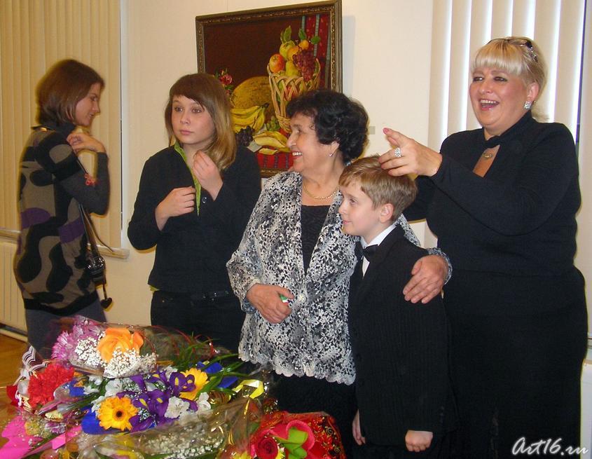 Рушан Якупова в окружении родных