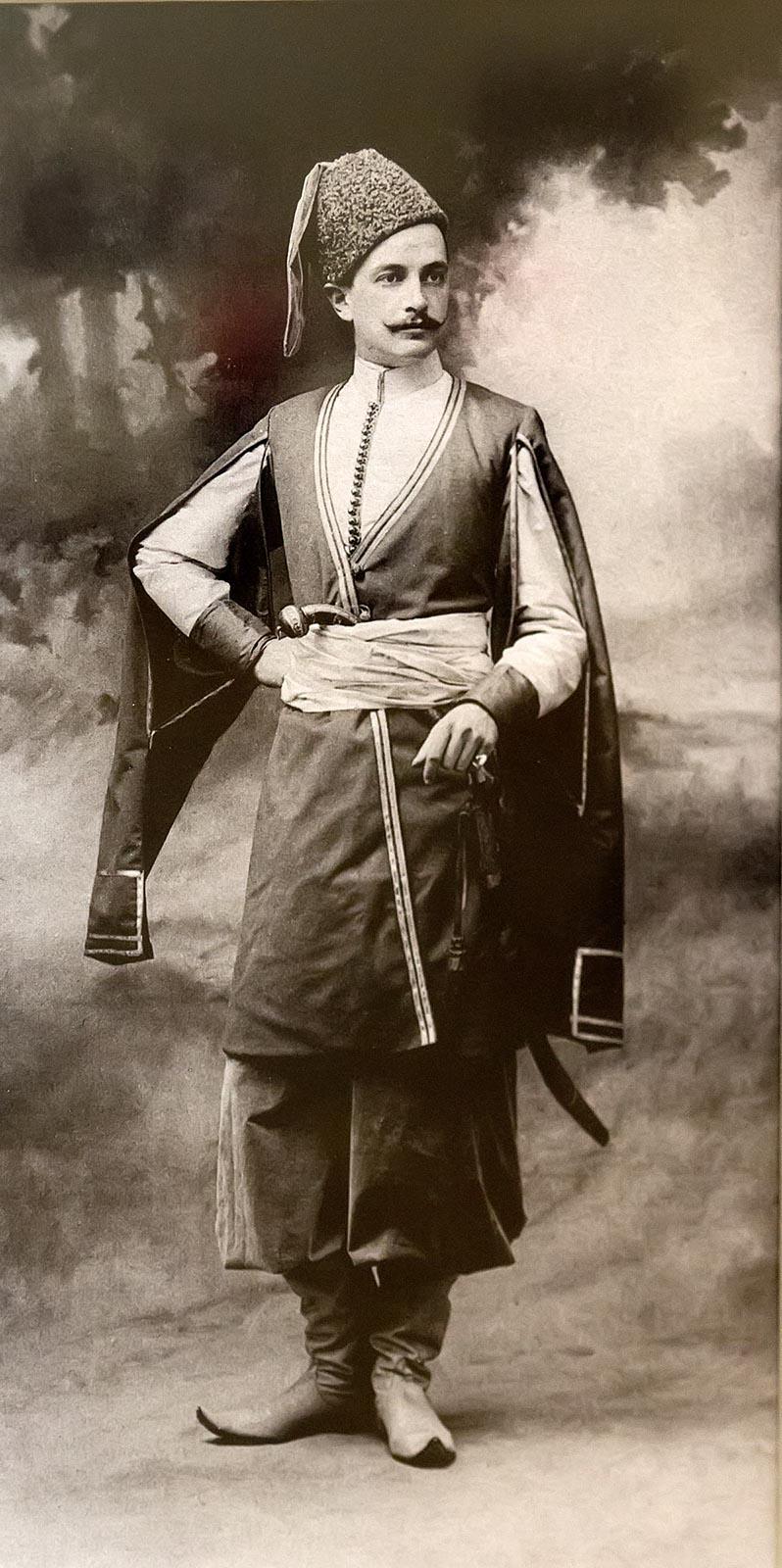 Фото №206032. А. Ренц и Ф. Шрадер Лейб-Гвардии Конно-Гренадерского полка Штаб-Ротмистр Николаев в костюме есаула Сумского слободского казачьег