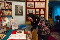 Наиля Ахунова возле музейной экспозиции, посвященной Гарифу Ахунову