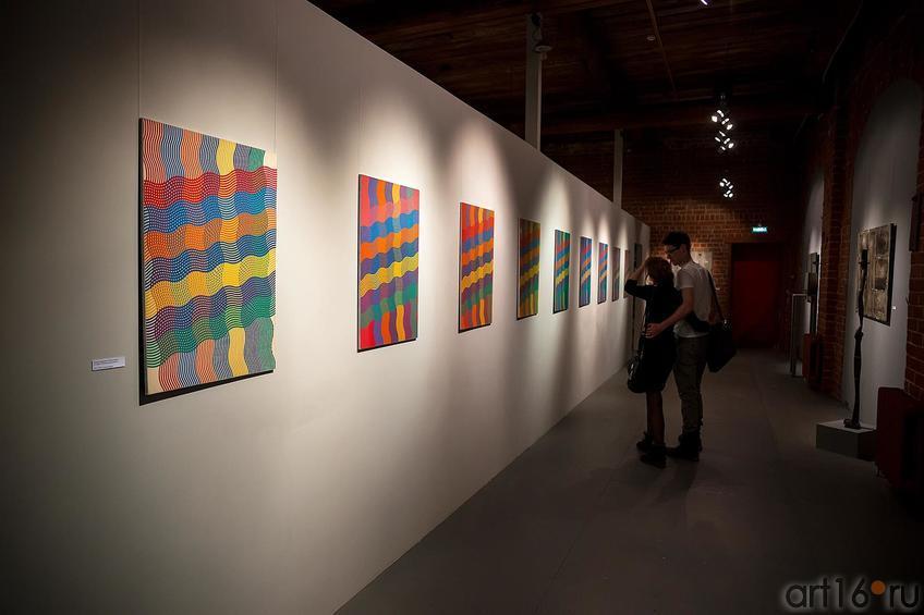Фрагмент экспозиции. Работы Рашида Асадуллина из серии «Спектральный анализ»::Оптические переживания. Выставка абстрактного искусства в ЦСИ «Смена»