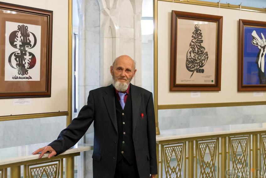 Фото №223659. Попов Владимир Александрович на фоне своих работ