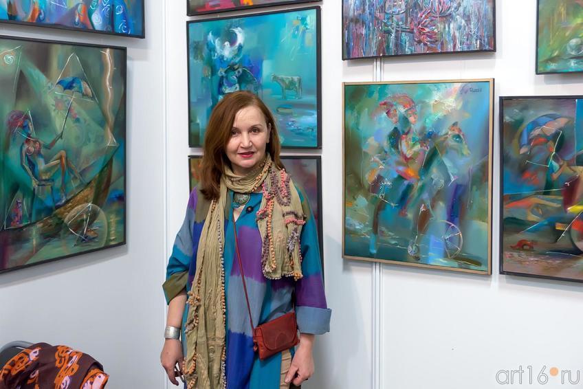 Альфия Масхут, ʺАйсельʺ (Самарканд), на фоне работ В.Повариниса::«АРТ- галерея. Казань 2014»