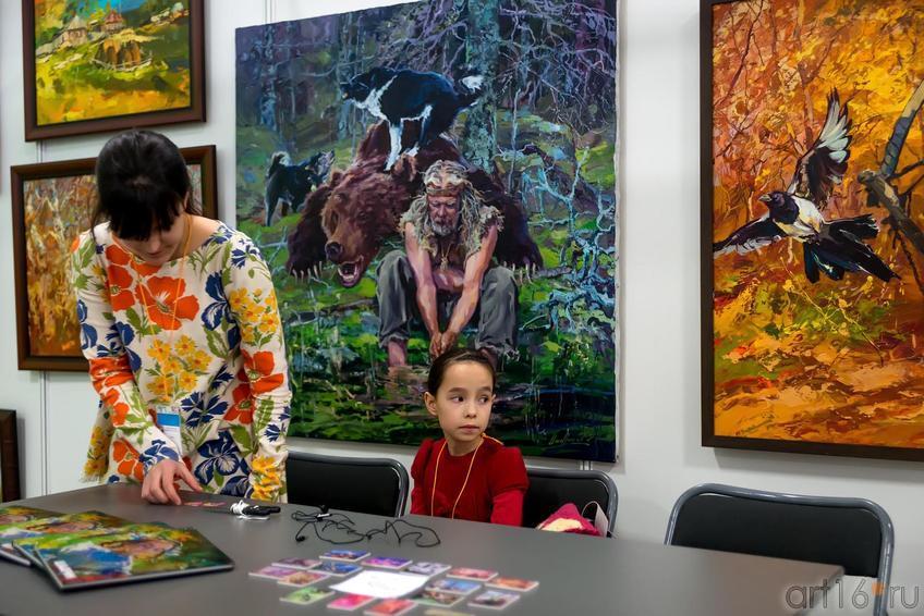 Дочь А.Шадрина на фоне работ отца::«АРТ- галерея. Казань 2014»