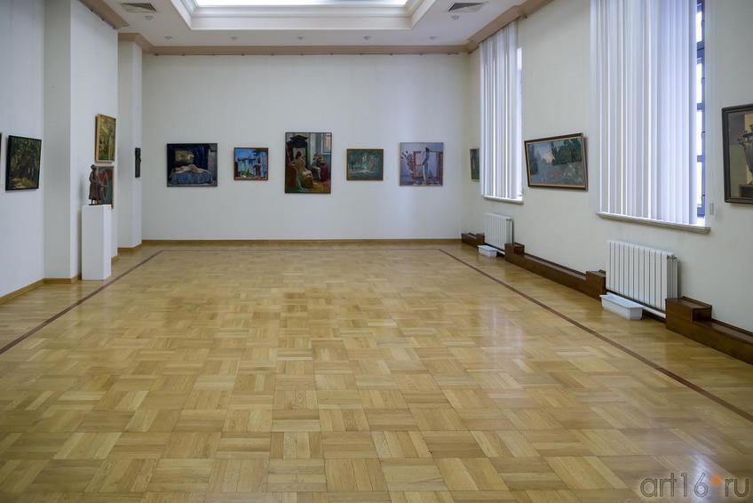 Общий план экспозиции::МГАХИ им. Сурикова. Выставка произведений преподавателей и учебных работ студентов