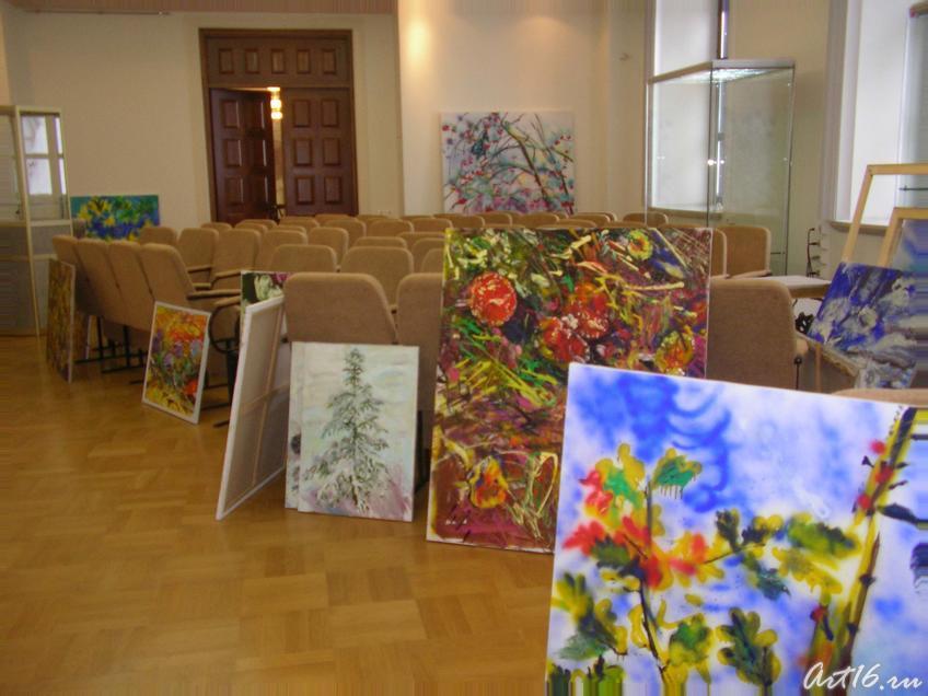 Выставочный зал в процессе построения экспозиции::Оптимизм меланхолии. Владимир Лысяков