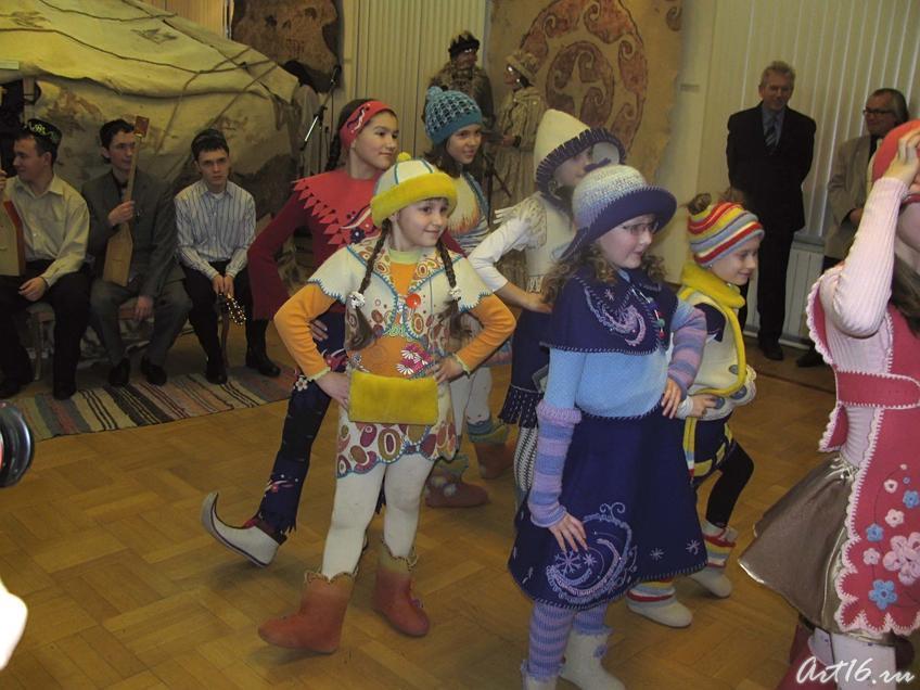Фото №25300. Демонстрация моделей детской одежды из войлока ''Кукморские валенки''
