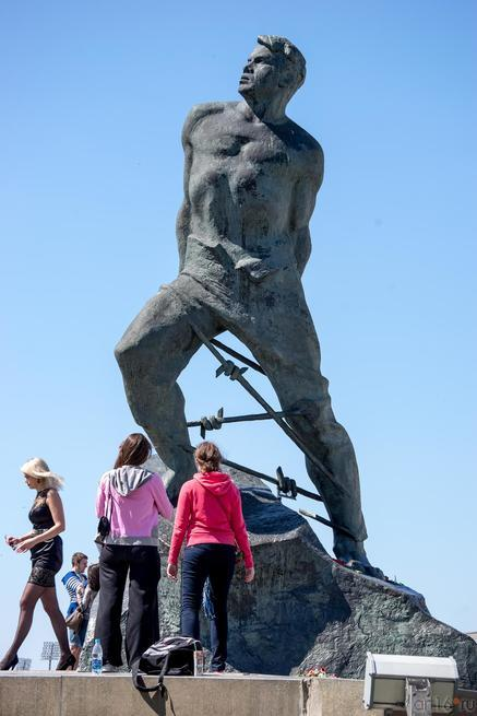 Памятник М.Джалилю на пл. 1 мая в Казани::Казань. 9 мая 2014 года
