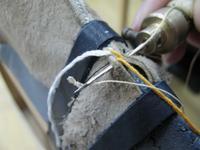 Вышивальной иглой снизу продеваем нить в петлю