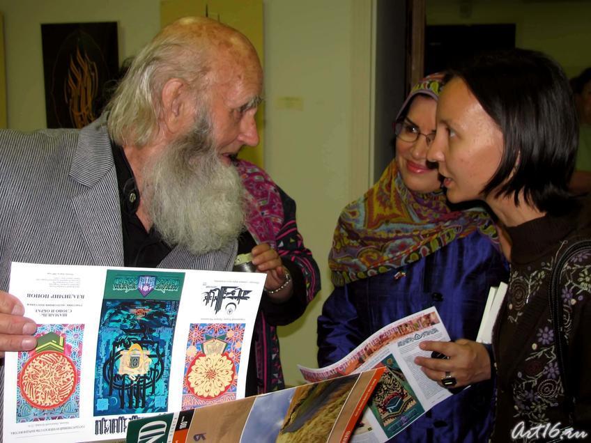 Фото №30737. Владимир Александрович Попов дарит буклеты.