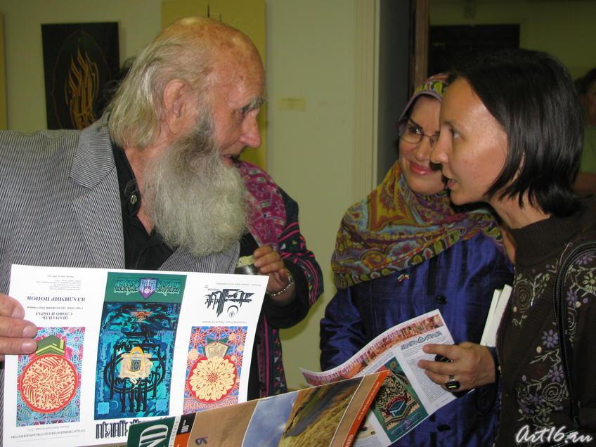 Фото №30778. Владимир Попов. Общение с посетителями выставки