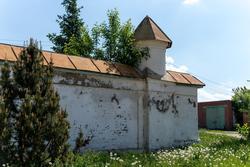 Монастырская ограда с башнями пинаклии