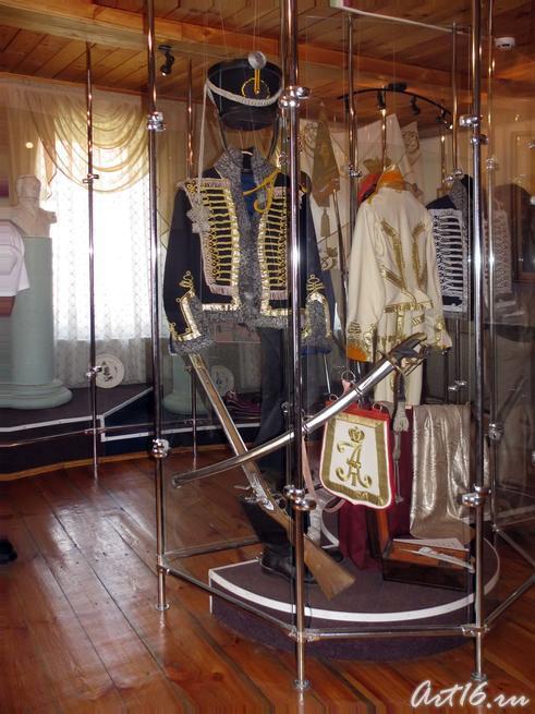Фрагмент экспозиции_Гусарская одежда и оружие