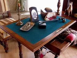 Письменный стол Надежды Дуровой. Центральное место занимает курительная трубка кавалерист-девицы