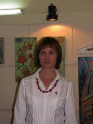 Елена Титова на фоне своих работ