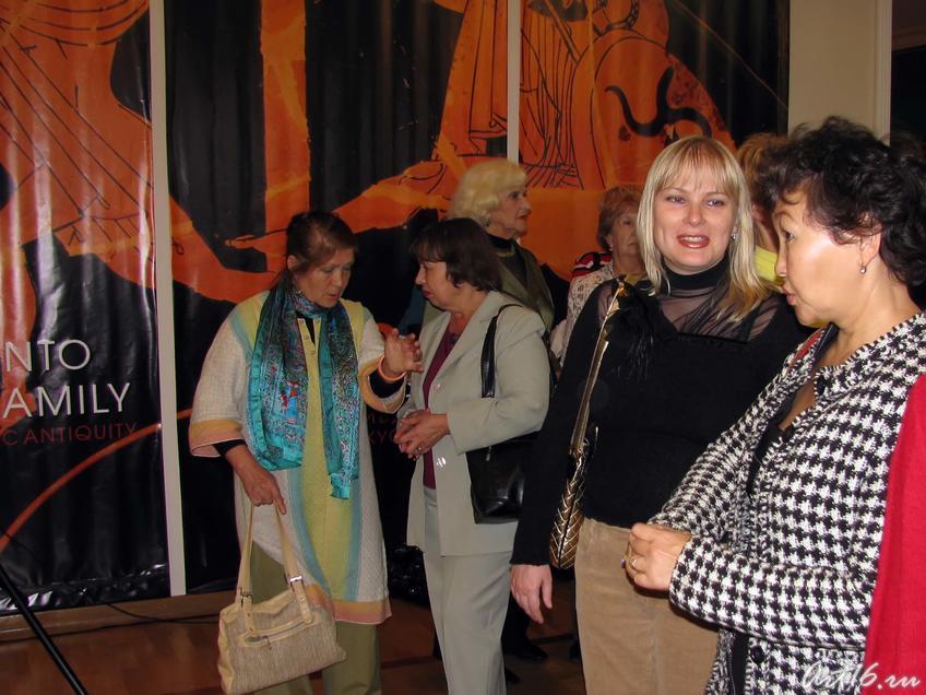 Фото №35379. Перед открытием выставки «Дети Богов»