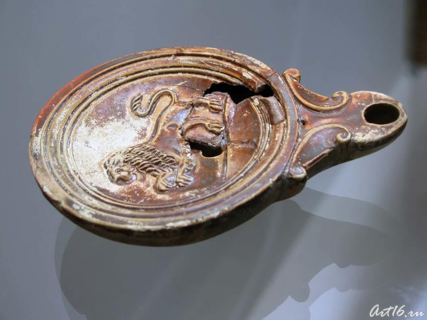 Фото №35444. Светильник римского типа. на щитке:Лев в прыжке. На плечиках: рельефные кольца