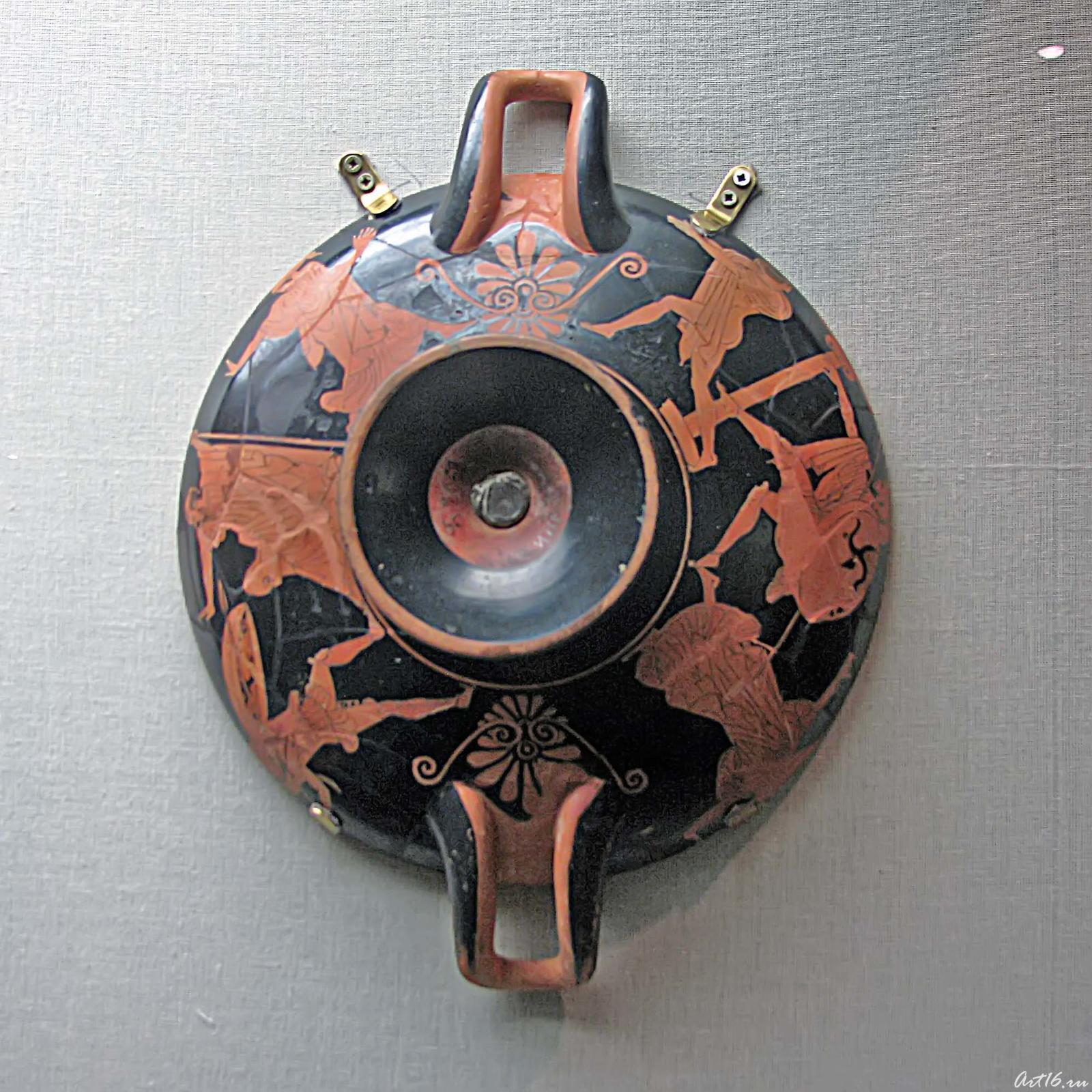 Фото №35529. Килик краснофигурный. А, Б: Долон, Одиссей и Диомед. Тондо: Бегущий воин