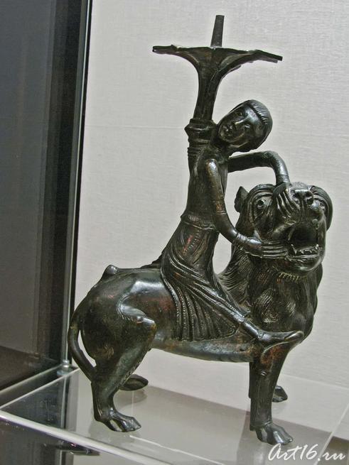 Подсвечник с изображением Самсона, борющегося со львом::Открытие выставки «Дети Богов»