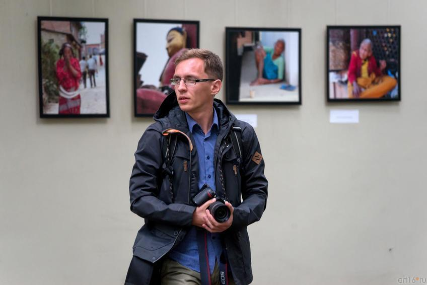 Фото №359846. На фоне фотовыставки «Сергей Ермолаев. Синдром Гималаев»