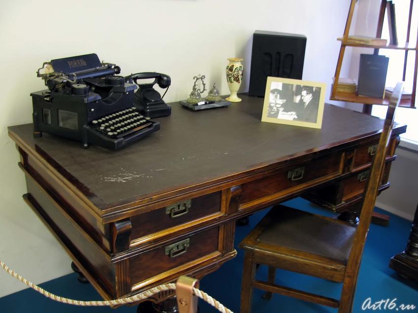 Фото №36140. Письменный стол Шарифа Камала, печатная машинка марки «Ройяль», письменные принадлежности, ваза