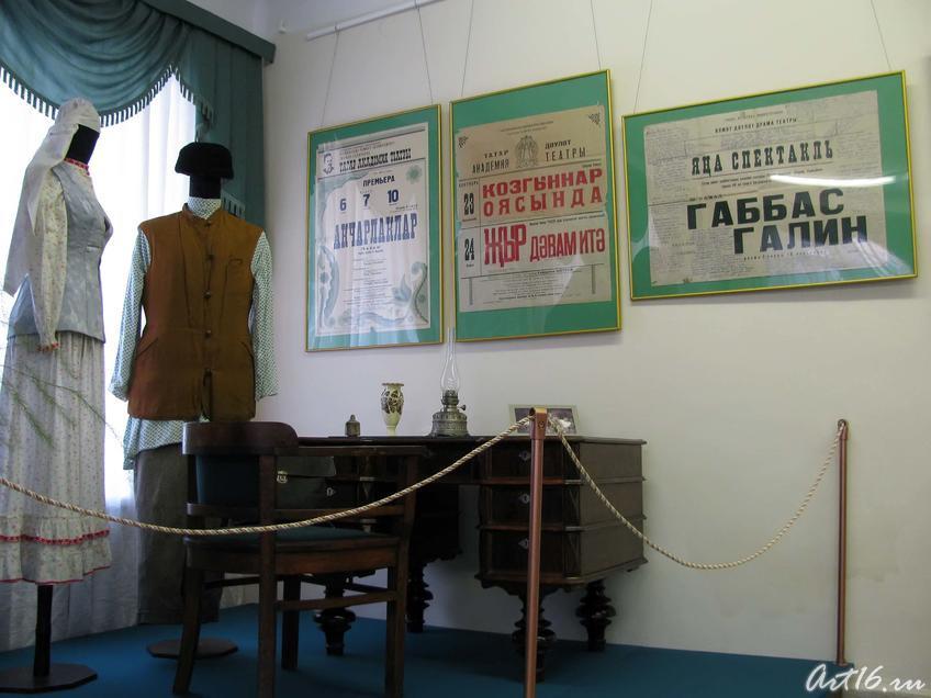 Фото №36150. Интерьер сцены, афиши, стол с керосиновой лампой