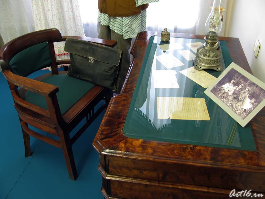 Фото №36155. Письменный стол с керосиновой лампой-«десятилинейкой», портфель писателя