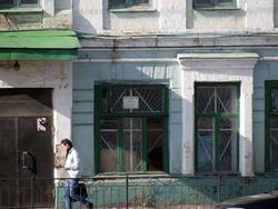 На окне белый листок с надписью: Музей «Восточный Клуб»